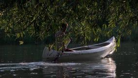 Canoeing op een meer stock footage