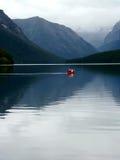Canoeing op meer Royalty-vrije Stock Afbeeldingen