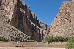 Canoeing op rivier Stock Foto's