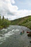 Canoeing op rivierstroomversnelling in wild, ver Alaska stock foto's
