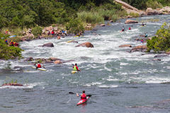Canoeing Paddlers-Fluss-Stromschnellen Stockfotos