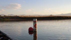 Canoeing por uma área fechado vídeos de arquivo