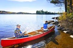 Canoeing près du rivage de lac Photographie stock libre de droits