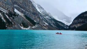 Canoeing in smaragdgroen Meer Louise door de Berg van Victoria Glacier en Fairview- stock afbeelding