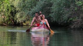 Canoeing su un fiume video d archivio