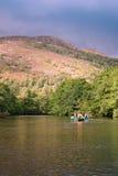 Canoeing su un fiume fotografia stock libera da diritti