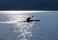 Canoeing sul lago Fotografie Stock Libere da Diritti