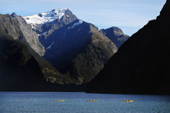 Canoeing sur Fiordland Photos stock