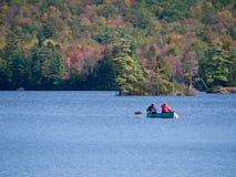 Canoeing sur le lac dans l'automne photos stock