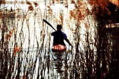 Canoeing sur un fleuve Photos stock