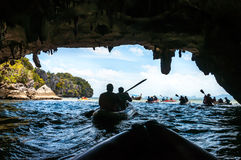 Canoeing a través de la cueva en la laguna en la bahía de Phang Nga, tailandesa Imagenes de archivo