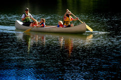 Canoeing van de familie bij Meer Stock Afbeeldingen