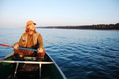 Canoeing van de mens stock foto