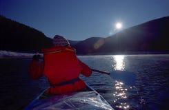 Canoeing van het meer stock fotografie