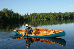 Canoeist - Ontario norteño. Canadá foto de archivo libre de regalías