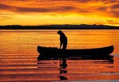 Canoeist am Sonnenuntergang Stockfoto