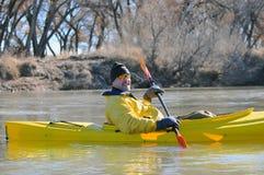 Canoeist sonriente en el río imagen de archivo