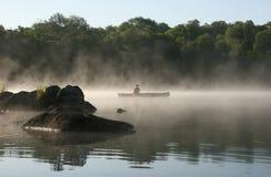 Canoeist sur un lac brumeux, Haliburton Photos libres de droits