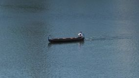 Canoer dans un canoë sur une rivière clips vidéos