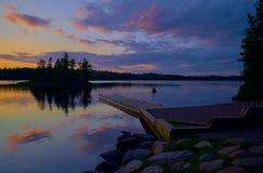 Canoers al tramonto, lago del sawbill, mn fotografia stock