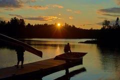 Canoers avec des canoës sur le dock, lac de sawbill, manganèse images stock