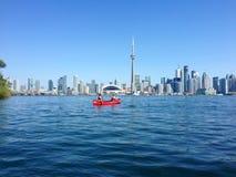 Canoers die voor de horizon van Toronto paddelen Royalty-vrije Stock Foto's