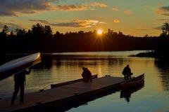 Canoers inställning - upp kanoter, sawbillsjö, mn royaltyfri fotografi