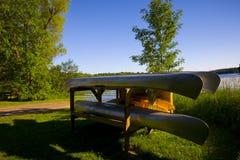 canoes отдыхать озера стоковые изображения rf