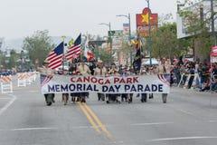 Canoga parkerar Memorial Day ståtar banret fotografering för bildbyråer