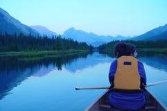 Canoing in den kanadischen Rockies lizenzfreies stockbild