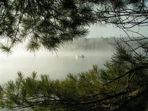 Canoing sur le lac brumeux Images stock