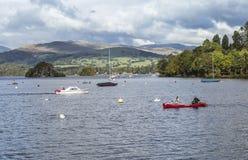 Canoists y barco de motor en el lago Windermere en el distrito del lago imagen de archivo libre de regalías
