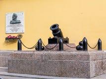 Canon à l'entrée au bâtiment d'Amirauté dans St Petersbur Image stock