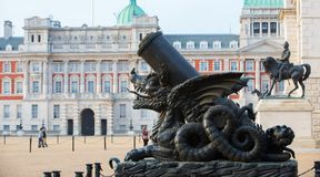 Canon adornó con el dragón, Whitehall, guardia de caballo real Palace Londres, Reino Unido fotografía de archivo