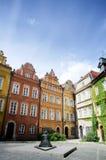 Canon ajustent (plac Kanonia) avec son 17ème monument en bronze de Bell sur la rue de Kanonia dans la vieille ville de Varsovie Photographie stock libre de droits