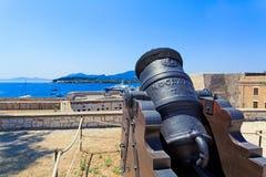 Canon antico all'interno di vecchia fortezza Fotografie Stock Libere da Diritti