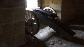 Canon antiguo con las ruedas fotografía de archivo libre de regalías