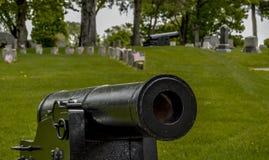 Canon au prêt au cimetière Photos stock