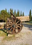 Canon avec la roue en bois Photographie stock libre de droits