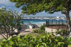 Canon che indica sopra Carlisle Bay Barbados Fotografia Stock Libera da Diritti