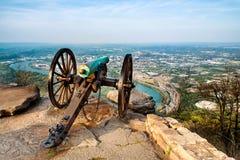 Canon d'ère de guerre civile donnant sur Chattanooga, TN Photographie stock libre de droits