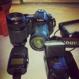 Canon 60D con la lente ed il flash Fotografie Stock Libere da Diritti
