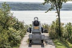 Canon dans des plaines Abraham de Canada de Québec donnant sur le fleuve Saint-Laurent image stock