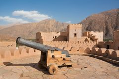 Canon dans le fort de Nakhal images libres de droits