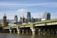 Canon-de brug van de straatspoorweg Londen Stock Foto