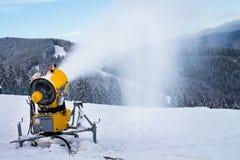 Canon de la nieve en la montaña Imágenes de archivo libres de regalías