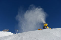 Canon de neige faisant la neige Photographie stock libre de droits