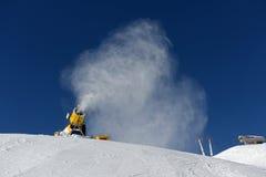 Canon de neige faisant la neige Images stock