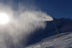 Canon de neige faisant la neige Image stock