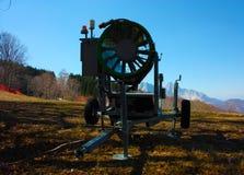 Canon de neige pour la saison d'hiver sur les pentes de ski et de neige a maintenant abandonné des outils sur les traînées, hors  photos stock